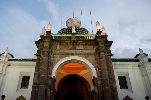 Низкий угол зрения собора, кафедральный собор кито, площадь независимости, исторический центр, кито, эквадор