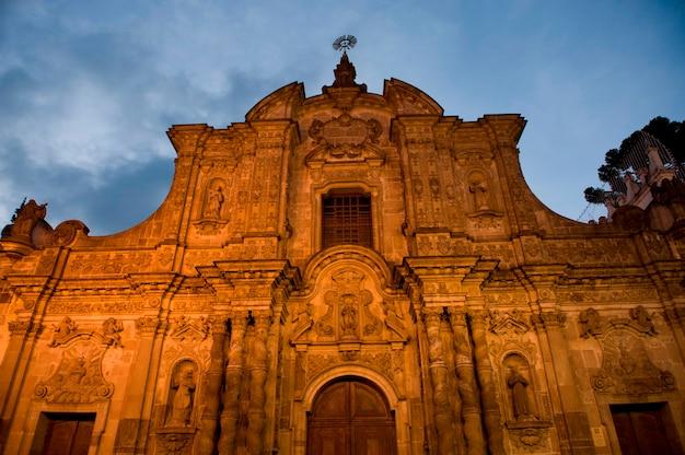 Низкий угол зрения церкви, компания церкви иисуса, исторический центр, кито, эквадор