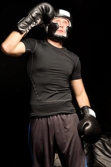 フィットの筋肉の若いボクサーのローアングル ビュー