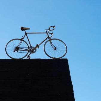 Низкий угол обзора велосипеда на крыше, северный рустико, остров принца эдуарда, канада