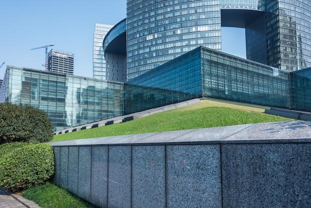 Низкий угол зрения бизнес-зданий