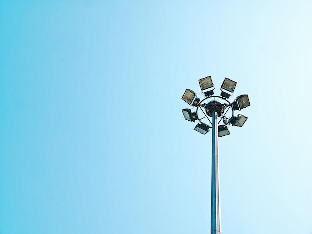 맑고 푸른 하늘을 배경으로 기둥 상단에 원형 램프의 낮은 각도보기