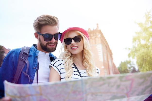 紙の地図とカップルのローアングルビュー