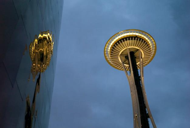 Empミュージアムとスペースニードル、シアトル、ワシントン州、米国の低角度のビュー