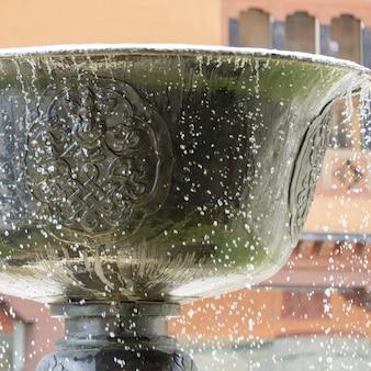 Низкий угол зрения фонтана в отеле taj tashi, тхимпху, бутан