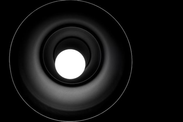照明されたペンダントライトの低角度の図