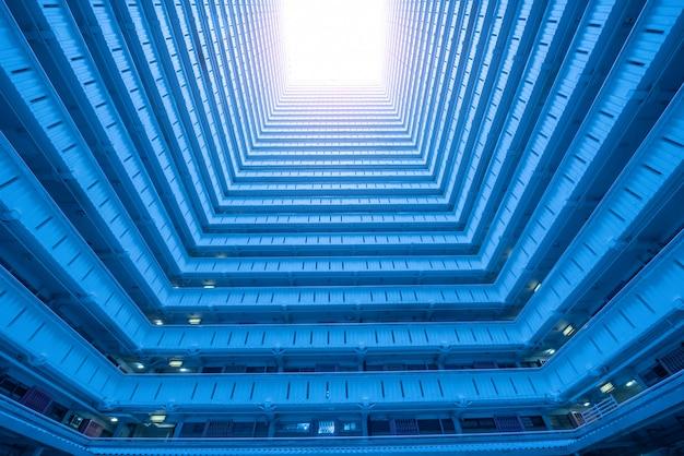 홍콩에있는 저택 건물의 낮은 각도보기. 블루 톤의 이미지.