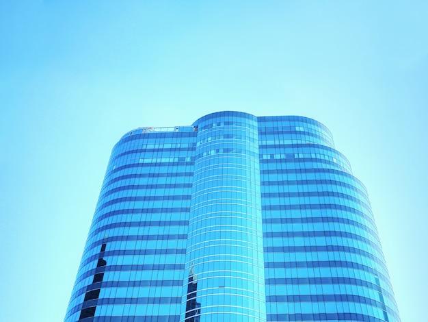 맑고 푸른 하늘에 대 한 현대 건물의 낮은 각도보기