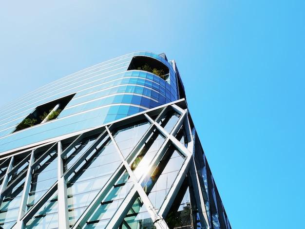 맑고 푸른 하늘에 대 한 현대적인 건물 외관의 낮은 각도보기