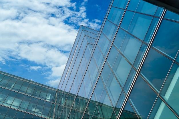 Низкий угол обзора современного стеклянного офисного здания абстрактного фона. внешний вид офисного здания из стекла. фирменное стеклянное окно. небоскреб корпоративное здание. башня финансового бизнес-центра.