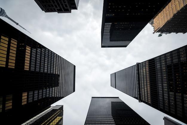 Низкий угол обзора современных небоскребов в центре торонто