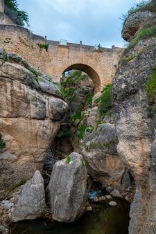 Низкий угол обзора старого моста ронда, испания.