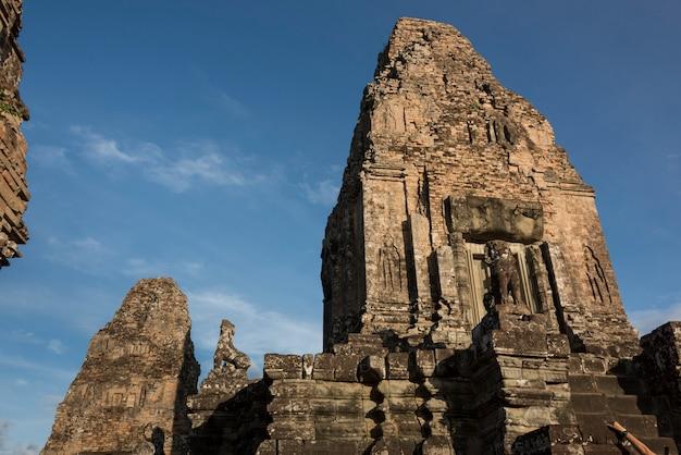 Низкий угол зрения храма пре-рупа, кренг сием-рип, сием-рип, камбоджа