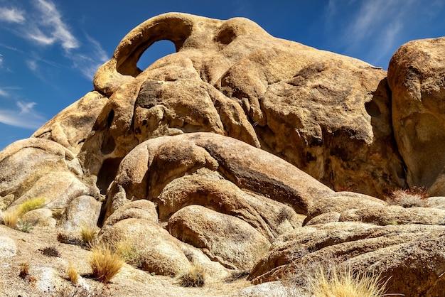 カリフォルニア州アラバマヒルズの岩層のローアングルビュー
