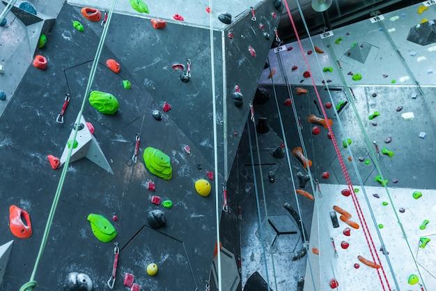 Взгляд низкого угла смертной казни через повешение веревочки взбираясь стеной на клубе здоровья