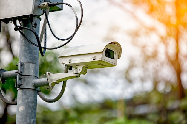 Низкий угол обзора камеры безопасности против городского пейзажа