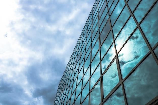 超高層ビルの低角度のビュー