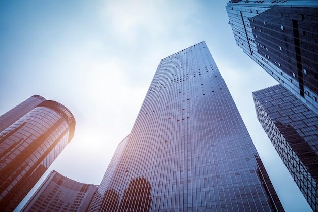 中国、深センの高層ビルの低角度のビュー。