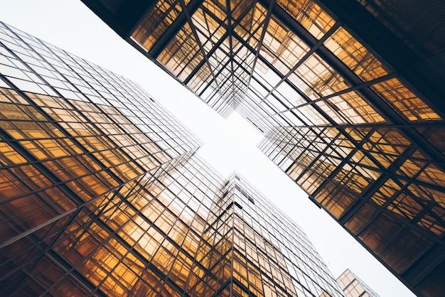 고층 빌딩의 낮은 각도보기