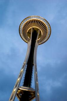 スペースニードル、シアトルセンター、シアトル、ワシントン州、米国の低角度の景色