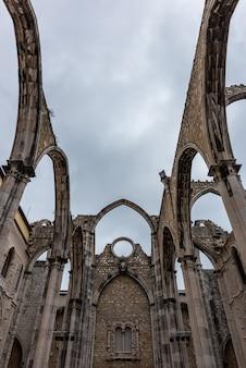 포르투갈 리스본에서 흐린 하늘 아래 카멜 산의 성모 수도원의 낮은 각도보기