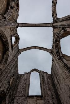 ポルトガルのリスボンの曇り空の下でカルモ山の聖母修道院のローアングルビュー