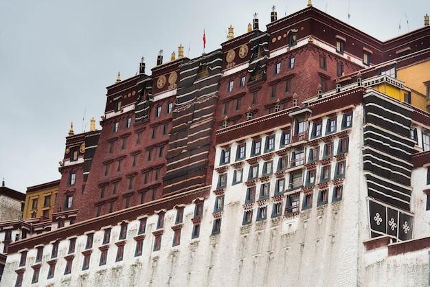 ポタラ宮殿、ラサ、チベット、中国の低角度の眺め