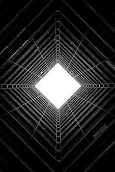 홍콩 주거 오래된 건축의 채광창의 낮은 각도보기