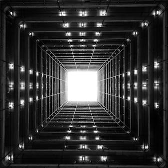 Низкий угол обзора светового люка в старой жилой архитектуре гонконга