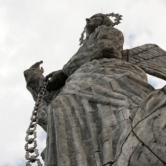 Низкий угол зрения статуи крылатой девы марии кито, холм эль панецилло, кито, эквадор