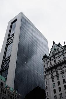 都市の建物の低角度のビュー