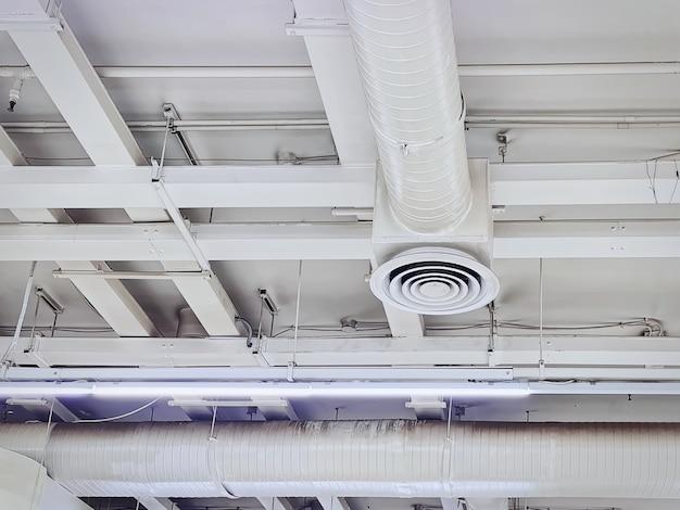 丸型グリルディフューザー付きの白い断熱空調ダクトのローアングルビュー
