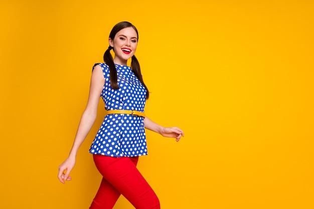 Низкий угол обзора профиль боковой фотографии контента откровенная девушка наслаждается летними каникулами идти гулять носить красивую одежду, изолированную на блестящем цветном фоне