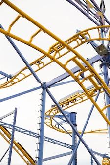 Vista di angolo basso della ferrovia di montagne russe al parco di divertimenti