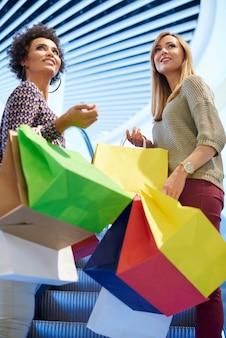 Inquadratura dal basso alle donne durante lo shopping