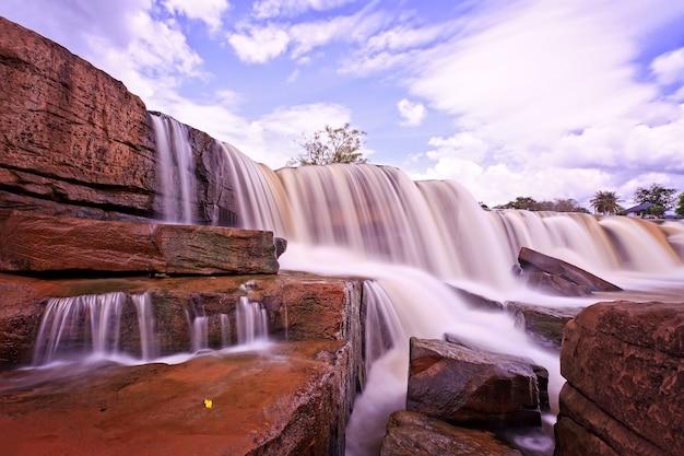 Низкий угол обзора водопада с голубым небом