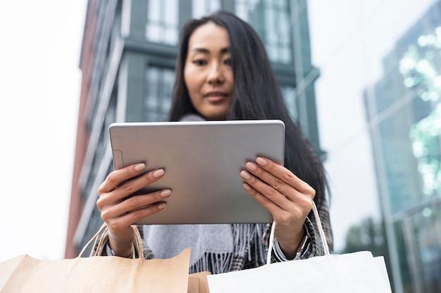 Женщина с низким углом, держащая планшет