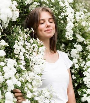 꽃에 낮은 각도 여자