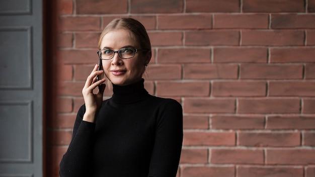 Низкий угол женщина разговаривает по телефону