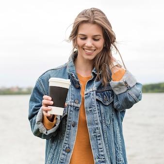 Низкий угол женщина с кофе