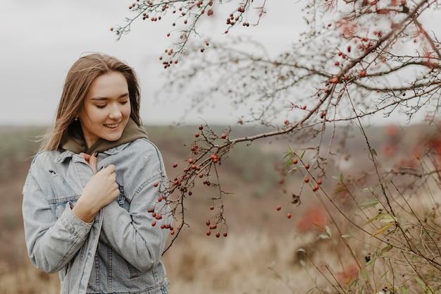 自然を探索する低角度の若い女性