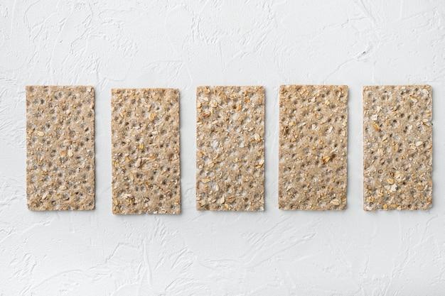 낮은 칼로리 간식 빵 세트, 흰 돌 테이블 배경, 텍스트 복사 공간 평면도 평면 누워