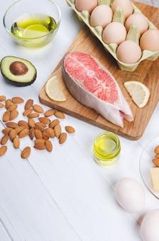 白い背景の上の低炭水化物健康食品。ケトダイエット