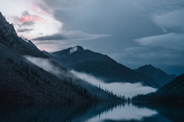 Низкое облако над высокогорным озером.