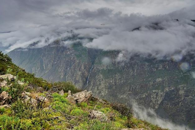 峠の低い雲とチュリシュマン川の長さの雨