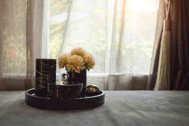 배너 크기가있는 거실 내부의 차와 꽃의 낮은 키 사진