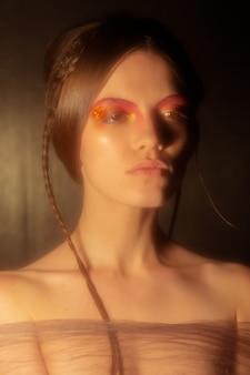 中世のカーニバルのメイクと髪型を持つかわいい若い女性の控えめな肖像画。