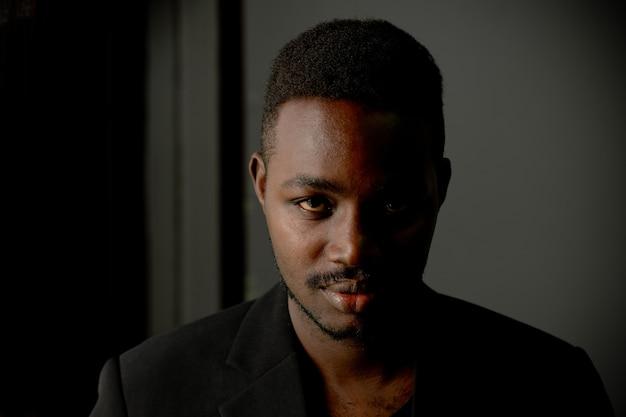 Сдержанный портрет африканского человека