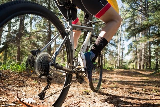 Низкая часть мужского мужчины горный байкер езда на велосипеде