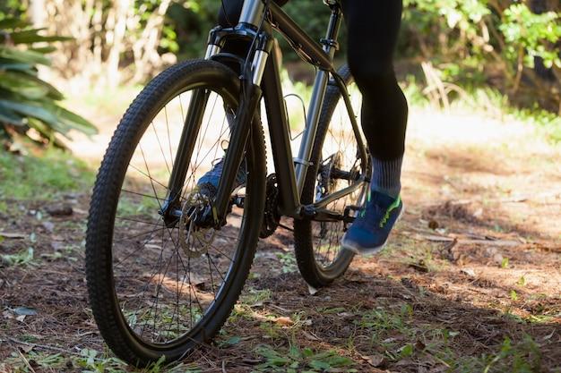 Низкая часть мужского горного велосипеда езда на велосипеде